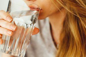 Por qué debería priorizar la hidratación este verano